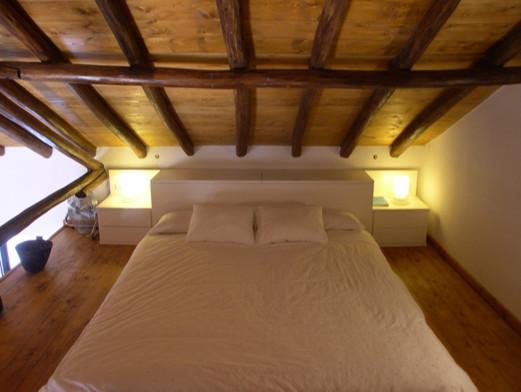 Dormitorio acabado lacado blanco concebido para la - Habitaciones en buhardillas ...