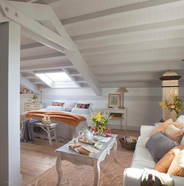 Dormitorio en una buhardilla shabby chic style bedroom - Houzz dormitorios ...