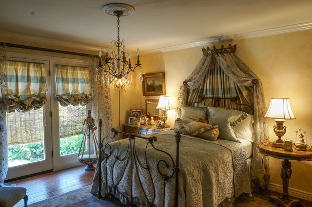 Elegant english country townhouse traditional bedroom for English country bedroom