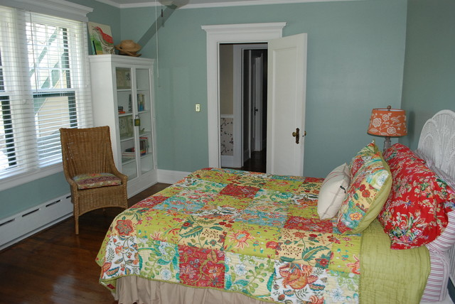 Farmhouse bedroom traditional-bedroom