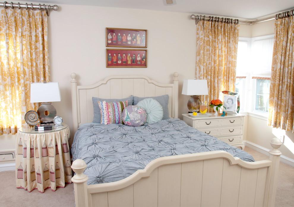 Modelo de dormitorio clásico, sin chimenea, con paredes beige y moqueta