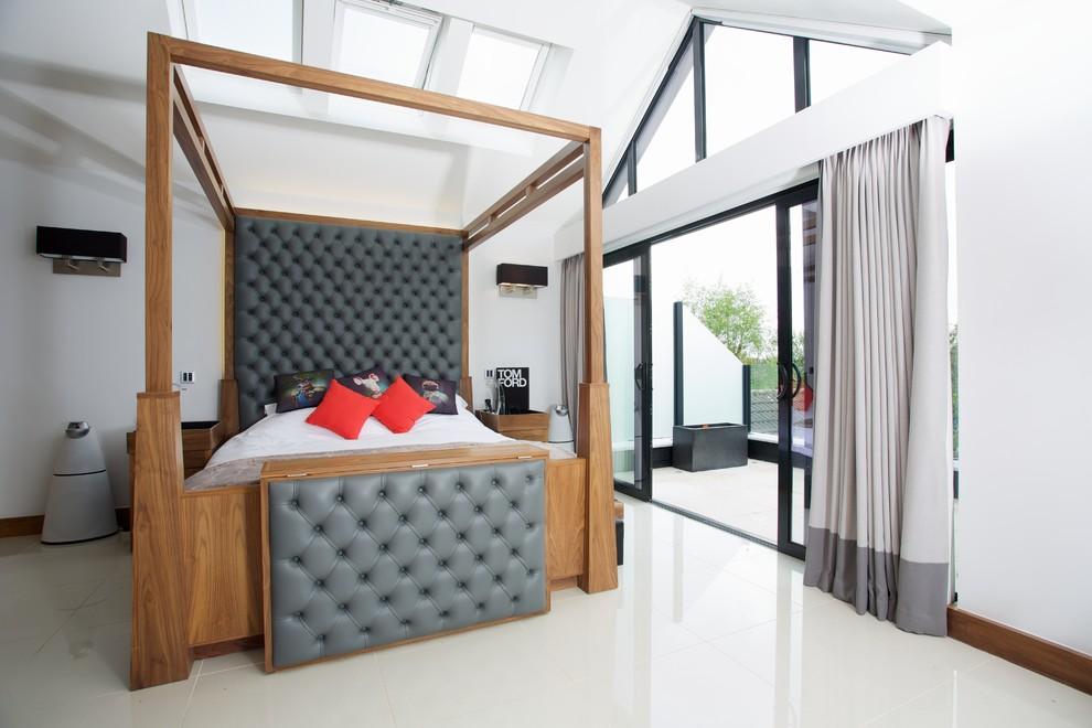 Idee per un'ampia camera matrimoniale contemporanea con pareti bianche, pavimento in gres porcellanato e letto davanti alla finestra