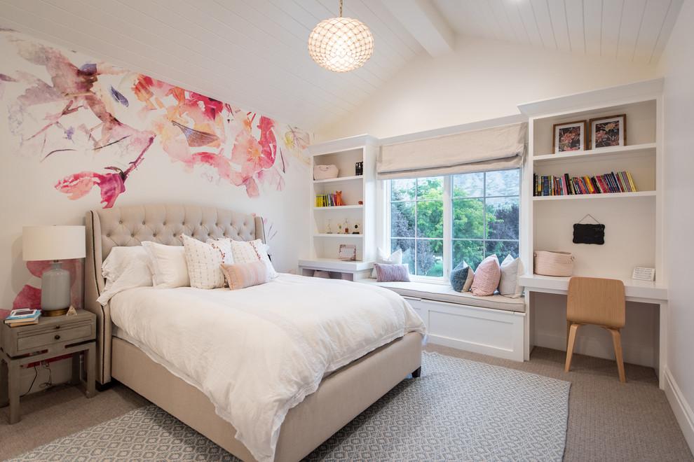 Country Schlafzimmer mit weißer Wandfarbe, Teppichboden und grauem Boden in Salt Lake City