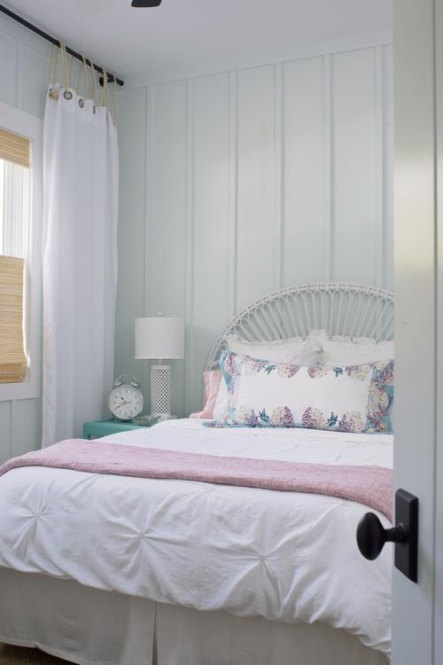 cuarto con cortinas blancas guindadas con soga