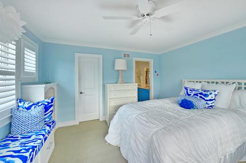ブルー系に壁紙を使った寝室
