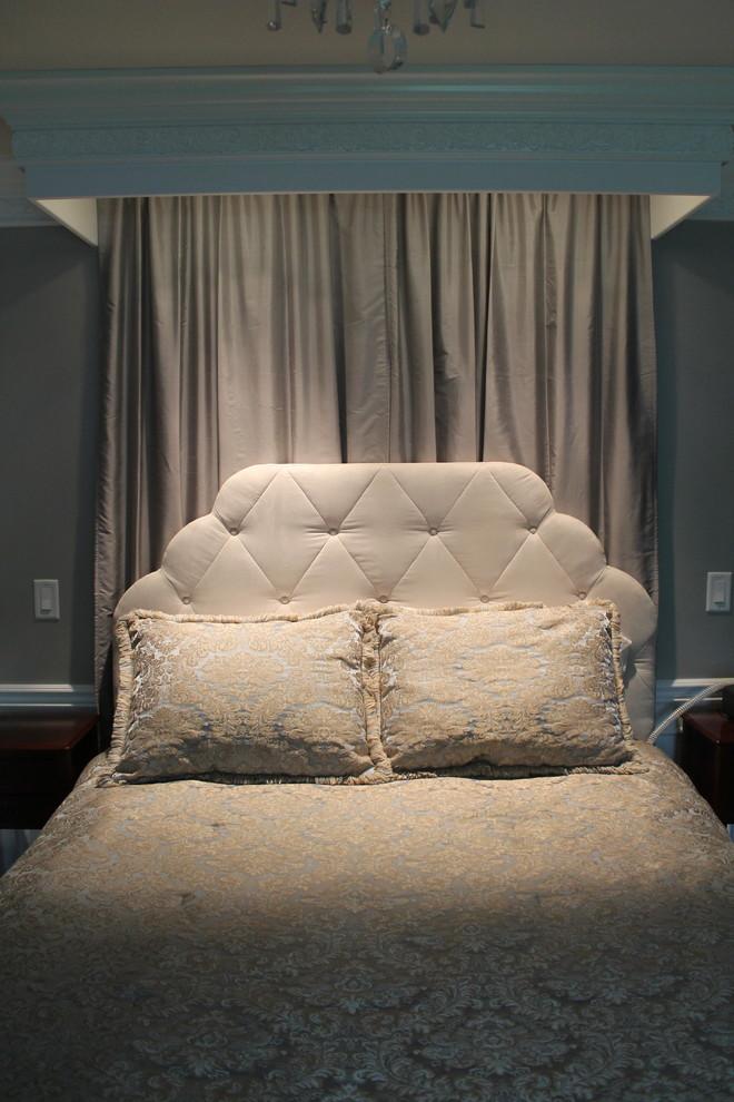 Ejemplo de dormitorio tradicional, de tamaño medio, con paredes grises y moqueta