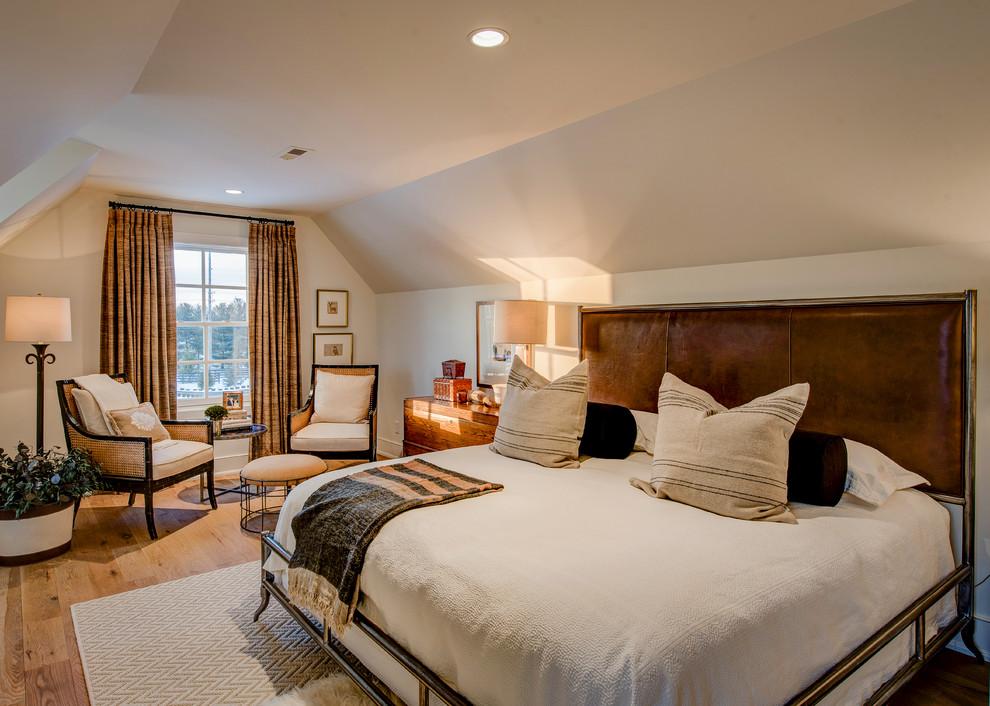 Modelo de dormitorio principal, clásico renovado, grande, sin chimenea, con paredes beige y suelo de madera clara