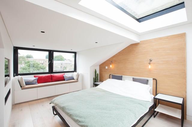 Ispirazione per una camera matrimoniale contemporanea con pareti bianche e parquet chiaro
