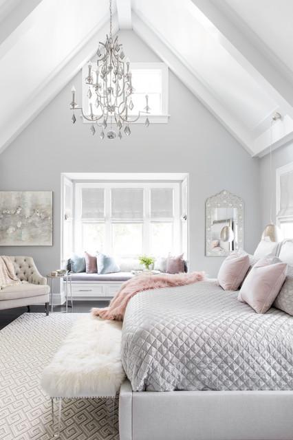 ニューヨーク, NYの小さいビーチスタイルの主寝室の写真 (グレーの壁、無垢フローリング、茶色い床)