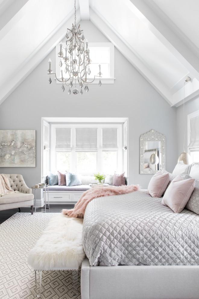 ニューヨークのビーチスタイルの主寝室の画像 (グレーの壁、濃色無垢フローリング)