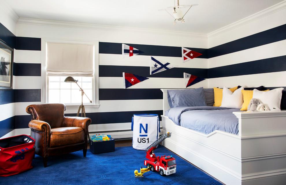 Modelo de habitación de invitados clásica renovada, grande, con paredes multicolor, moqueta y suelo azul