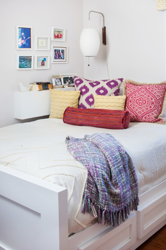 Example of a minimalist bedroom design in Richmond