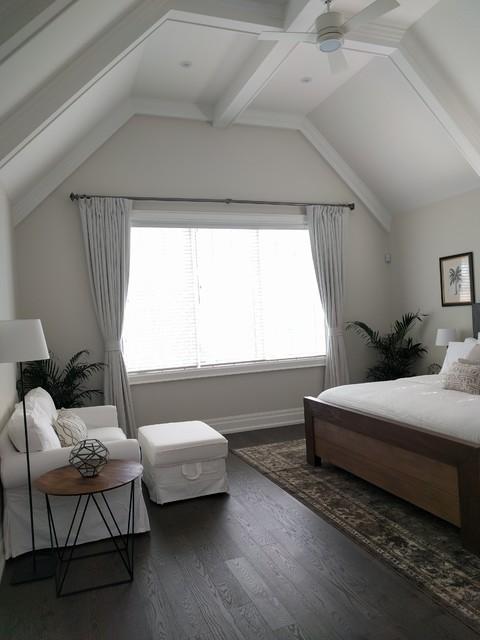 Imagen de dormitorio principal, romántico, de tamaño medio, sin chimenea, con paredes beige, suelo de madera en tonos medios y suelo marrón