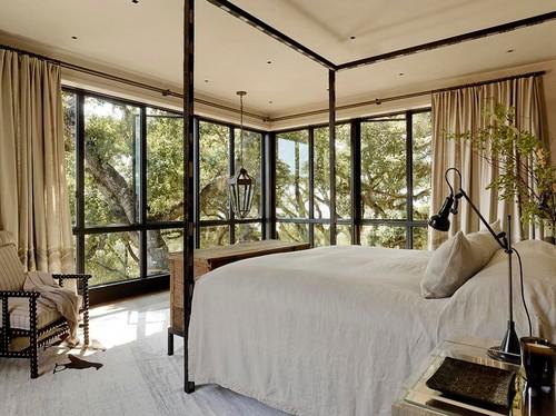 Средиземноморский стиль спальни с железной кованой кроватью беж