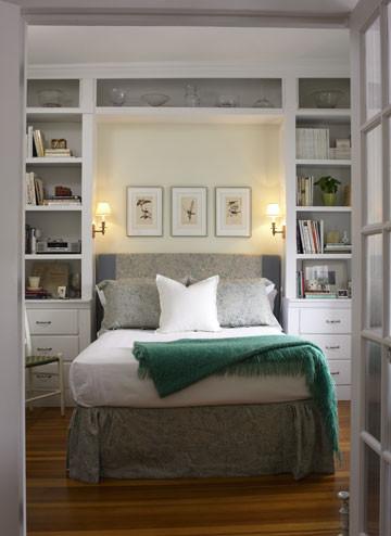 estanteria empotrada alrededor de la cama