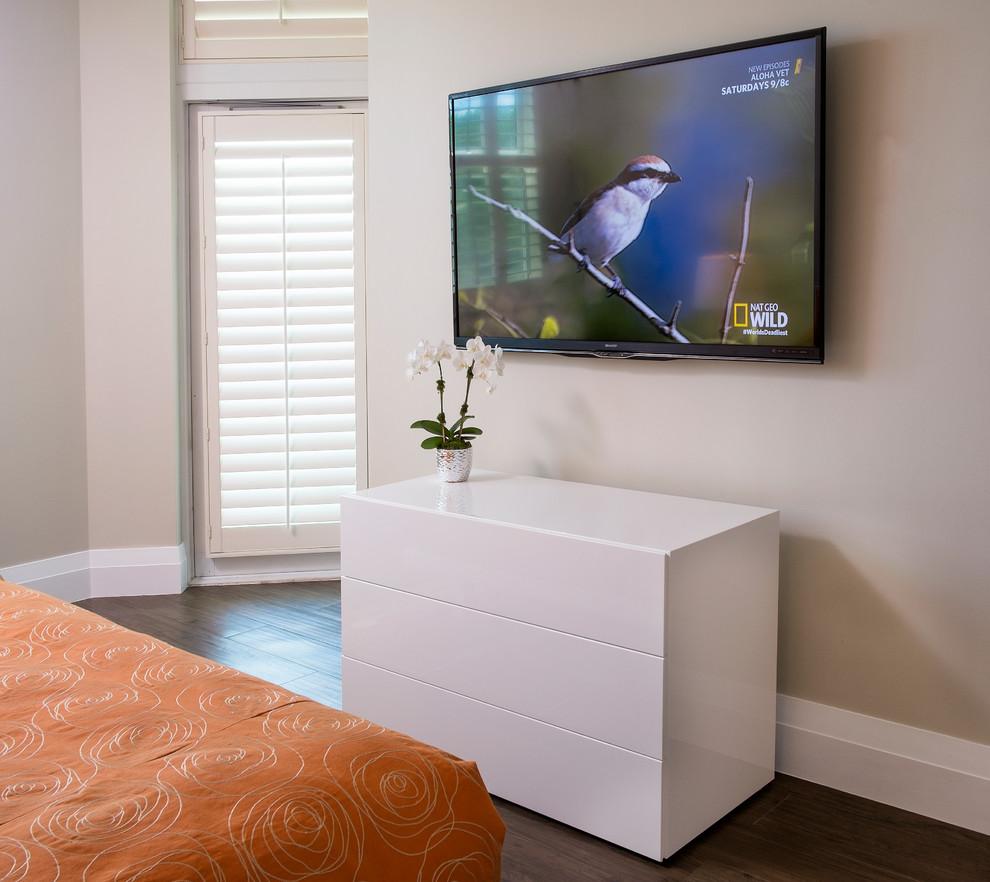 Diseño de habitación de invitados actual, pequeña, con paredes beige y suelo de baldosas de porcelana