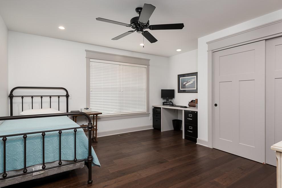 Modelo de habitación de invitados clásica renovada, de tamaño medio, con paredes azules, suelo de madera en tonos medios y suelo marrón