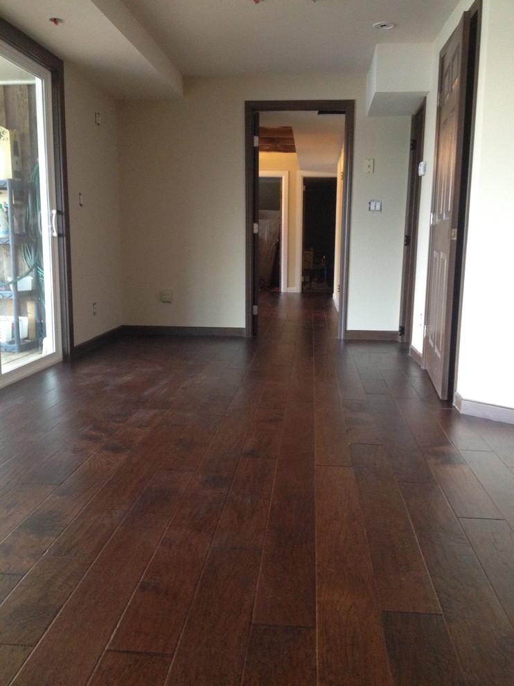 Ejemplo de dormitorio moderno con suelo de madera oscura