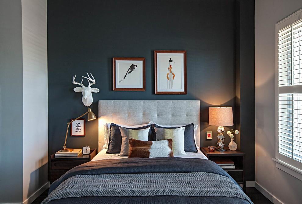 Idée de décoration pour une chambre tradition avec un mur noir et un sol en bois foncé.