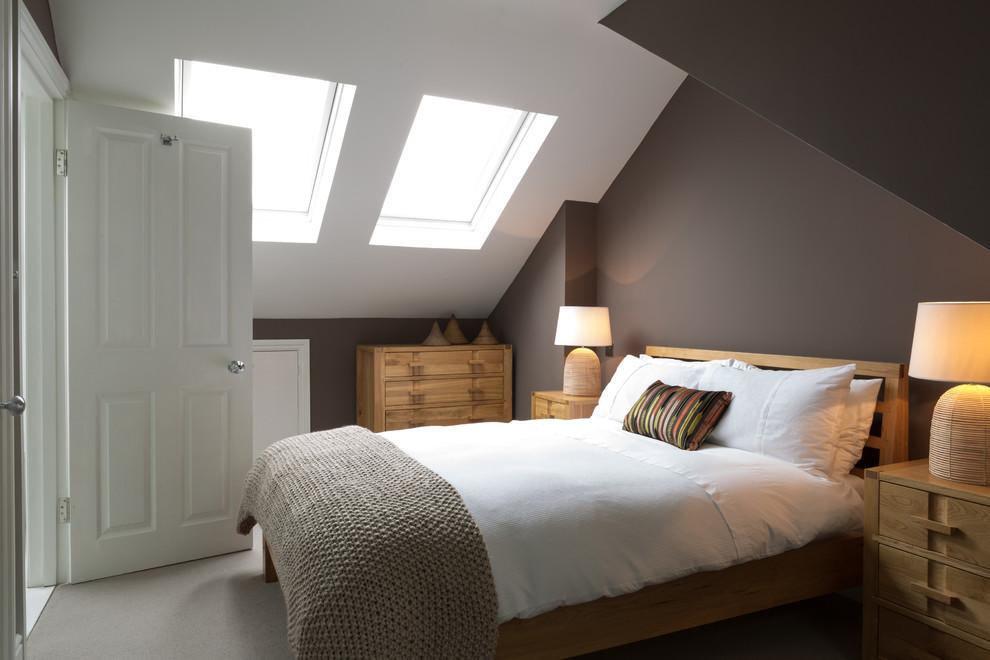 Ejemplo de dormitorio actual con paredes marrones, moqueta y techo inclinado