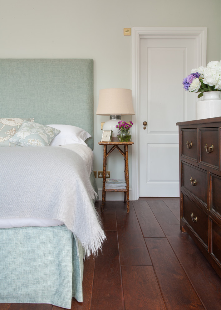 Bedroom - mid-sized transitional bedroom idea in London