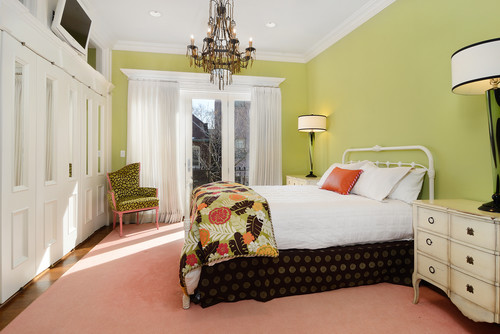 黄緑系の壁紙を使った寝室