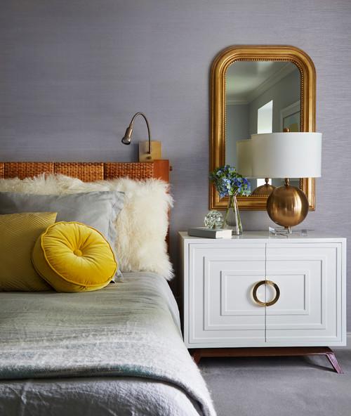 紫系の壁紙を使った寝室