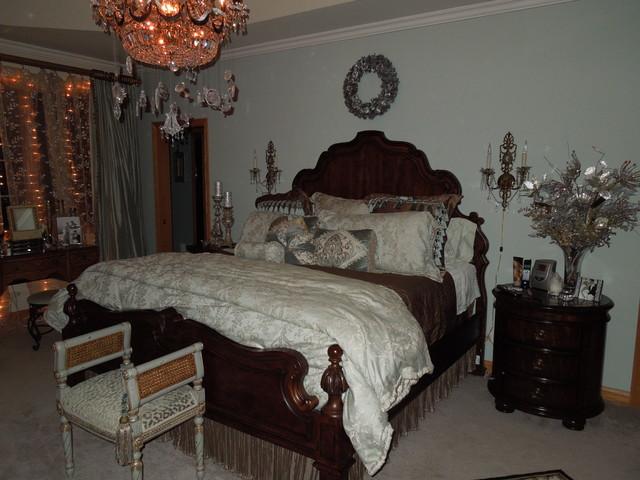 Bedroom - traditional bedroom idea in Chicago