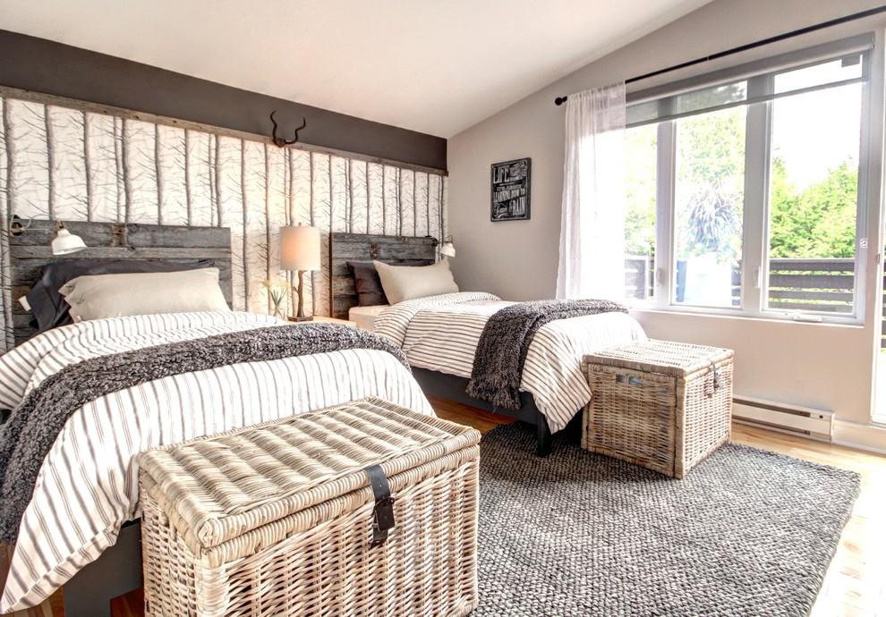 Diseño de habitación de invitados rural, de tamaño medio, con paredes grises y suelo de madera clara
