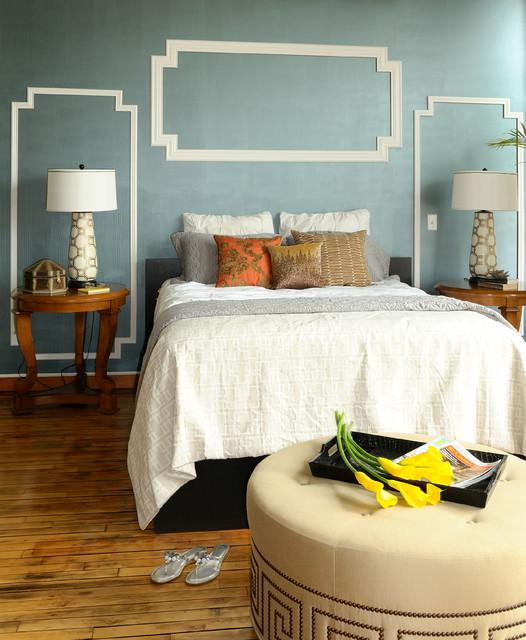 Idee per una camera da letto minimalista con pareti blu e pavimento in legno massello medio