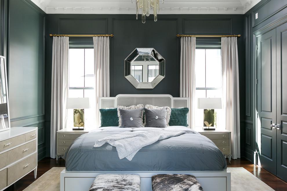 Diseño de dormitorio principal, clásico renovado, de tamaño medio, con paredes verdes, suelo de madera en tonos medios y suelo marrón