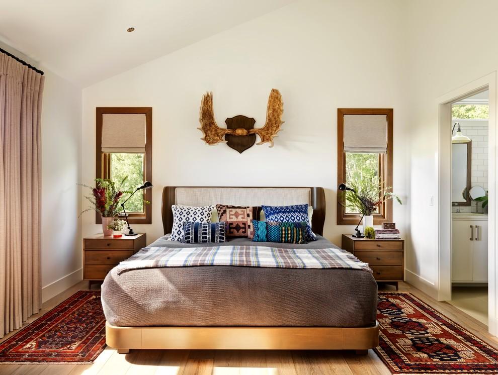 Aménagement d'une chambre campagne avec un mur blanc et un sol en bois brun.