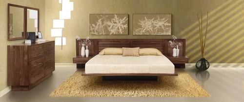 χρυσαφί χρώμα τοίχου, καρυδί κρεβάτι κρεβατοκάμαρας