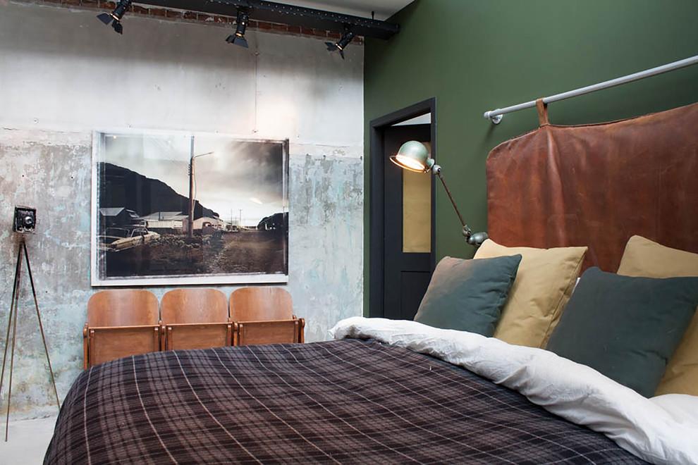 Ispirazione per una camera da letto industriale con pareti verdi