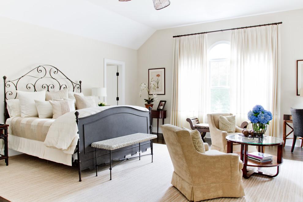 Diseño de dormitorio principal, clásico, sin chimenea, con paredes beige y suelo de madera oscura