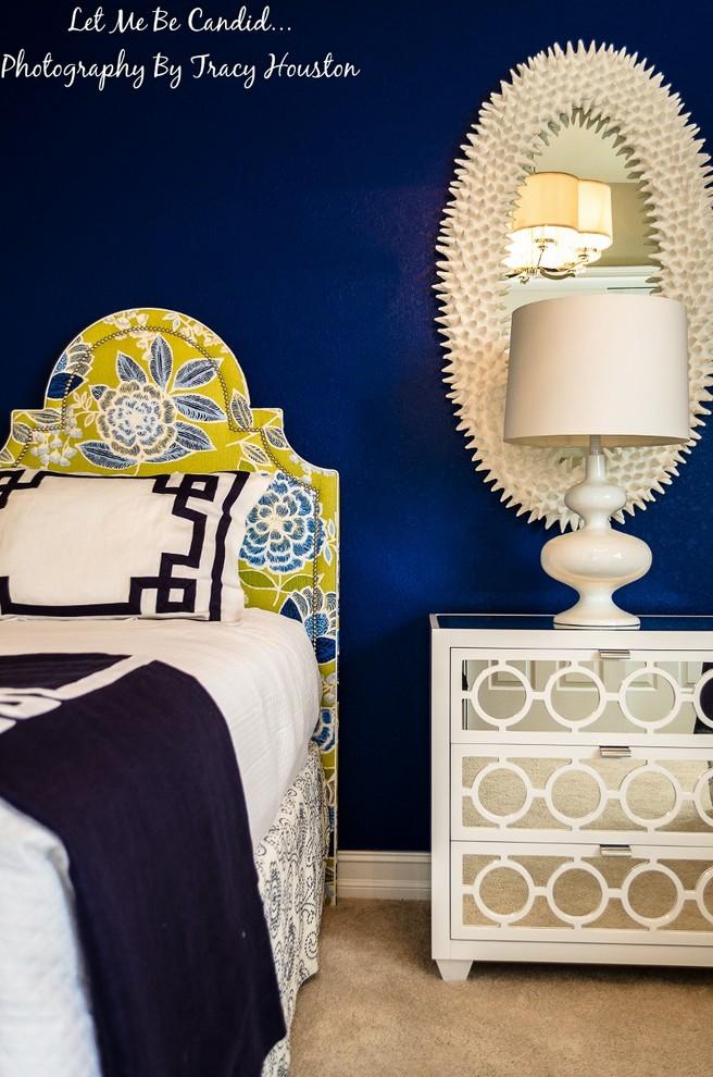 マイアミの小さいビーチスタイルのゲスト用寝室の画像 (青い壁、カーペット敷き、ベージュの床)