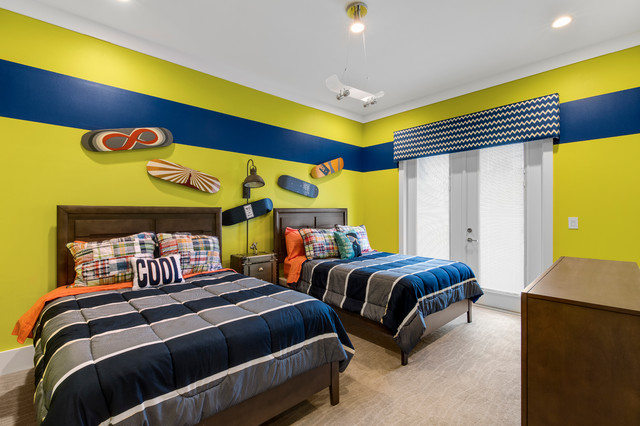 Example of a mid-sized minimalist guest carpeted bedroom design in Orlando with green walls and no fireplace