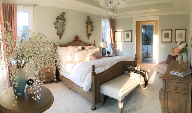 Modelo de dormitorio principal, tradicional, de tamaño medio, sin chimenea, con paredes grises y moqueta