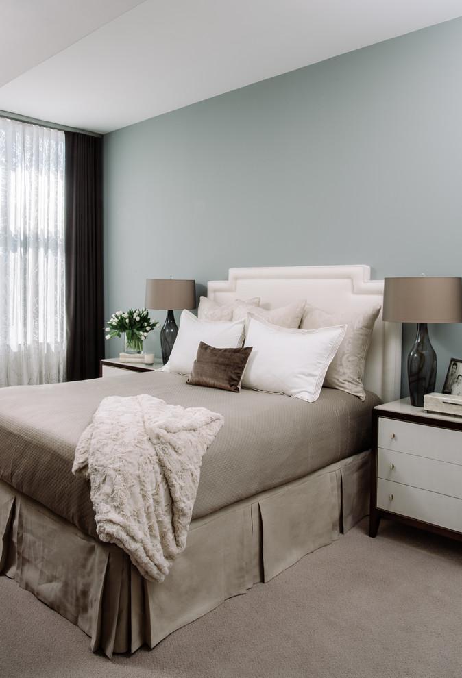 Ejemplo de habitación de invitados actual, de tamaño medio, con paredes beige y suelo de madera oscura