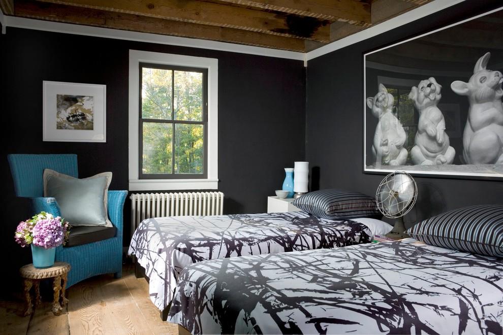 Ejemplo de habitación de invitados contemporánea, pequeña, con suelo de madera clara y paredes negras