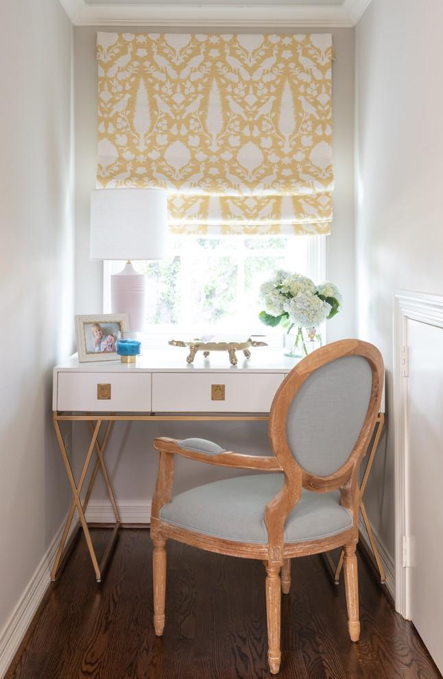 Modelo de habitación de invitados tradicional renovada, de tamaño medio, sin chimenea, con paredes grises, suelo de madera oscura y suelo marrón