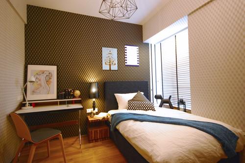 幾何学模様の壁紙を使った寝室