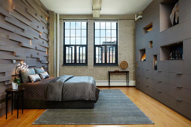Diseño de dormitorio principal, urbano, sin chimenea, con paredes marrones y suelo de madera en tonos medios