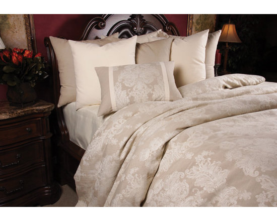 Bedding 2013 - A Luxurious assortment of Linen in Natural color gives the proincial a suffocated and elegant look.