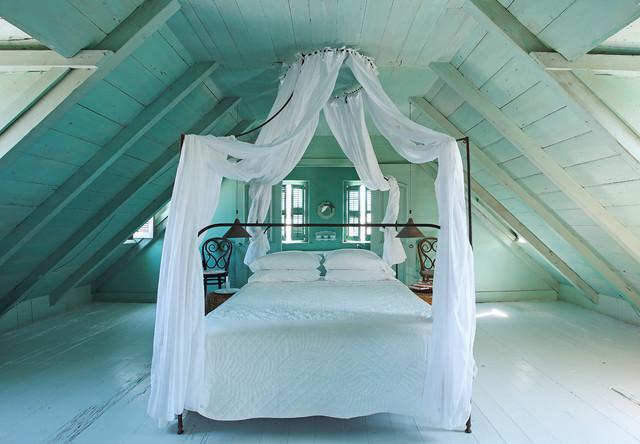 Foto di una camera da letto shabby-chic style con pareti blu, pavimento in legno verniciato e pavimento blu