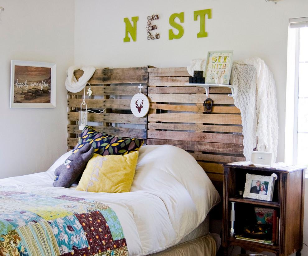 Foto de dormitorio romántico con paredes blancas