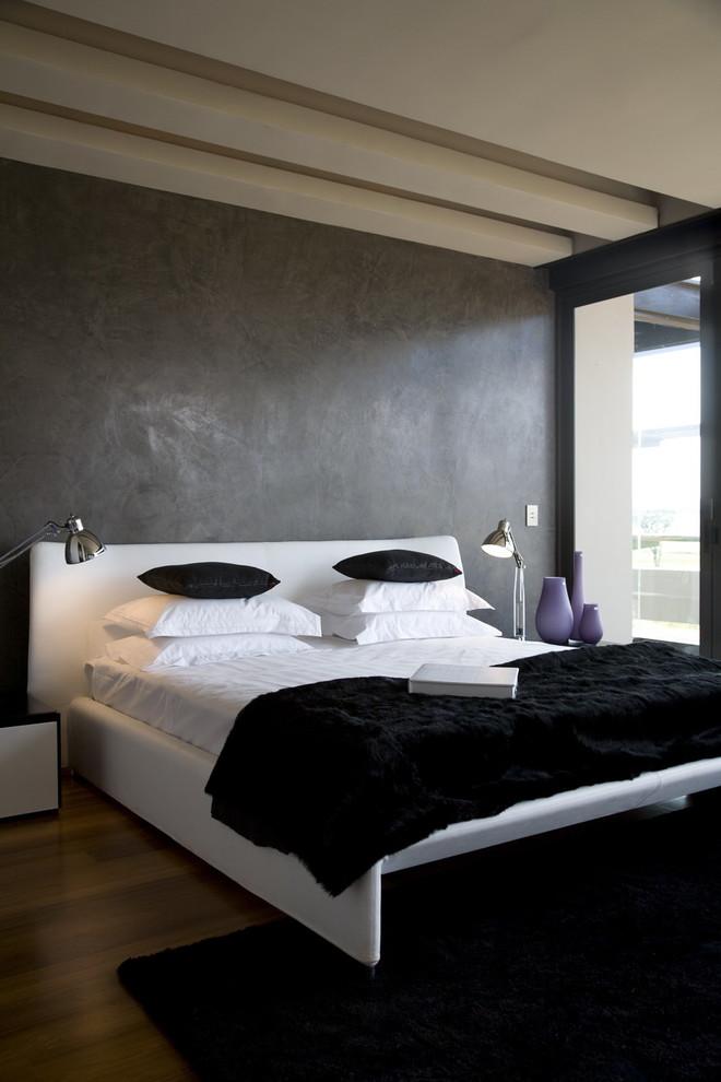 Foto di una camera da letto contemporanea con pareti marroni, parquet scuro, pavimento marrone e letto davanti alla finestra