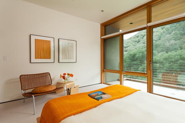 Esempio di una camera da letto minimalista con pareti bianche, moquette e nessun camino