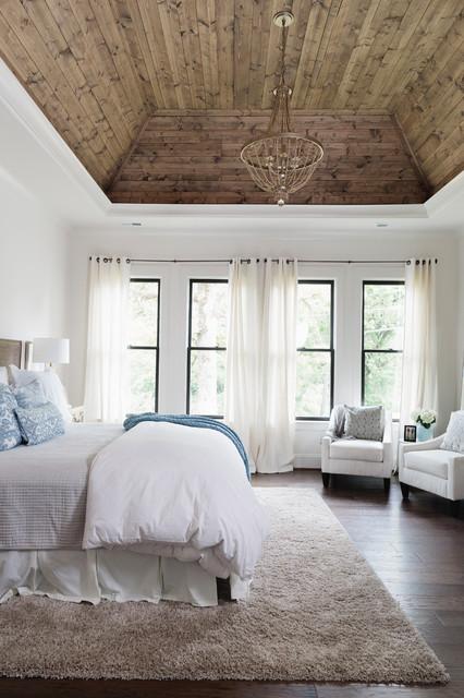 バーミングハム, ALのカントリー風主寝室の写真 (白い壁、無垢フローリング、茶色い床)
