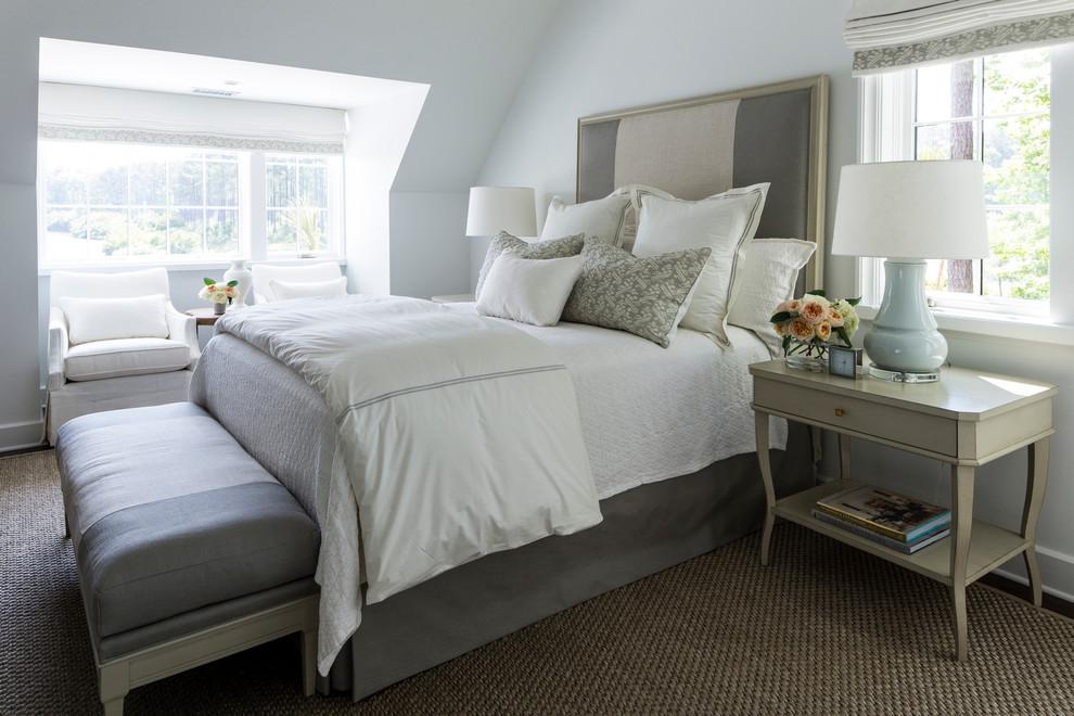 Diseño de dormitorio clásico renovado con paredes blancas y suelo de madera oscura